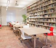 tavoli pieghevoli, sedie, biblioteca
