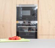 cucina con top in laminam ed elettrodomestici ad incasso